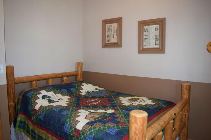 Cabin 3 - Lakeside Bedroom